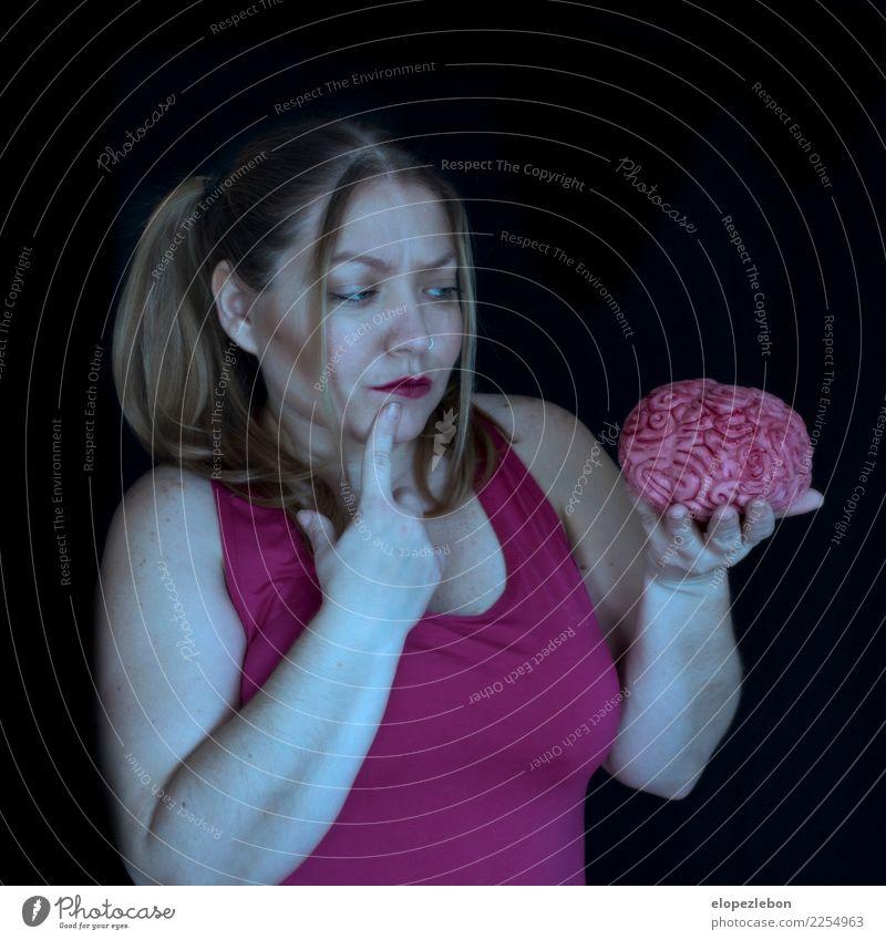 Frau schaut auf Gehirn und sie weiß nicht, wie es ist Mensch Hand Gesicht Auge Erwachsene Leben feminin Kunst Haare & Frisuren Kopf rosa Frauenbrust Körper