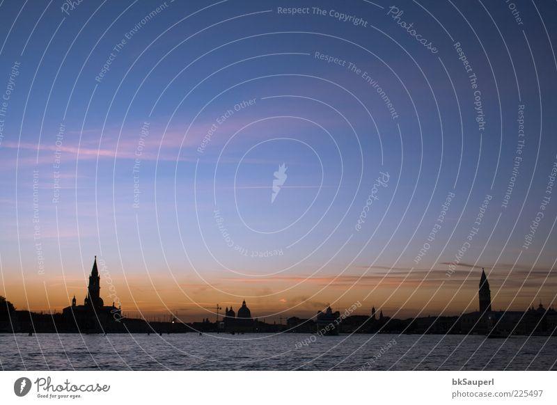 Sonnenuntergang in Venedig Meer Wasser Himmel Wolken Sonnenaufgang Schönes Wetter Küste Italien Hafenstadt Skyline Kirche Dom Turm Architektur Sehenswürdigkeit