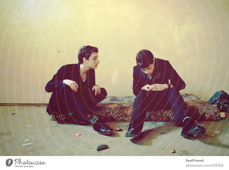 Der Fortschritt trägt schwarz Mensch Jugendliche Haus Wand Erwachsene Stil Mauer Stein Schuhe dreckig elegant sitzen modern maskulin trist