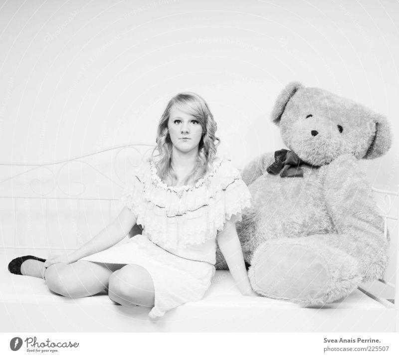 teddy. Mensch Jugendliche schön Erwachsene feminin Haare & Frisuren Stil Mode hell Kindheit Schuhe blond sitzen elegant Lifestyle Romantik