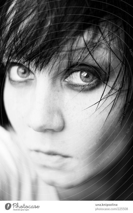 des armes Frau Mensch Jugendliche Gesicht Auge dunkel feminin Gefühle Haare & Frisuren Traurigkeit Stimmung Erwachsene nass glänzend Coolness beobachten