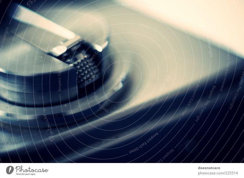 Walking backwards. blau Metall glänzend Fotokamera analog Fotografieren altehrwürdig Detailaufnahme Hebel Spule Zurücksetzen