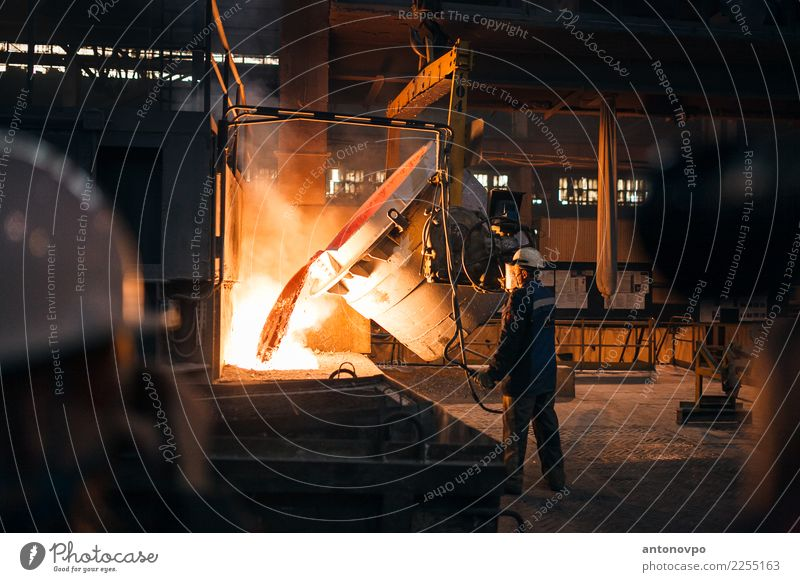 Produktion von Aluminium Mensch Mann rot Erwachsene gelb braun orange Metall gold Industrie Fabrik Stahl Produktionsstätte Unterhaltungsindustrie