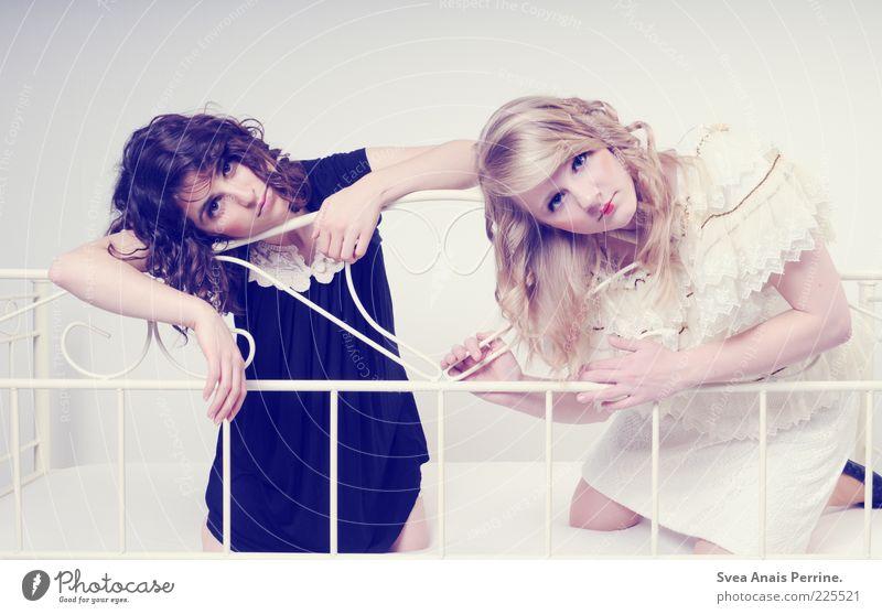 puppentheater. Mensch Jugendliche schön Stil Erwachsene hell blond elegant Mode retro Körperhaltung Bett Kleid dünn Rock