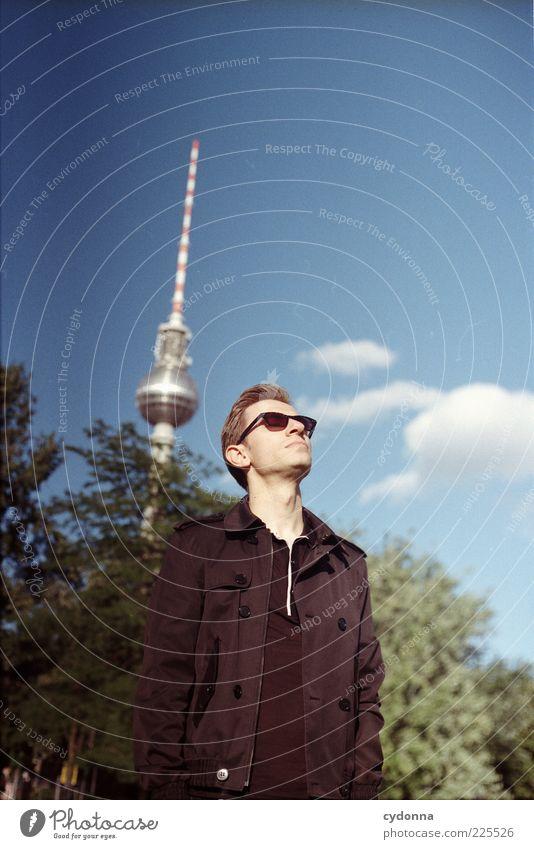 Kopf hoch Mensch Himmel Jugendliche schön Baum Wolken ruhig Erwachsene Erholung Leben Berlin Freiheit Gefühle Stil träumen Zufriedenheit