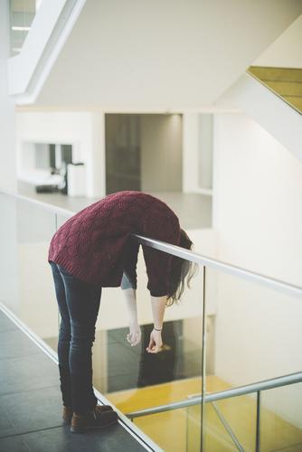 Hangover Frau Mensch Jugendliche Junge Frau 18-30 Jahre Erwachsene feminin Körper Studium Pause Geländer Student Stress Müdigkeit anstrengen Erschöpfung