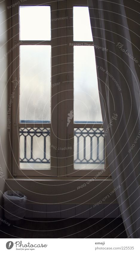 Hotelimpression I Fenster grau Hotelzimmer Vorhang Fensterscheibe einfach trist Farbfoto Gedeckte Farben Innenaufnahme Gegenlicht Menschenleer Holzfenster