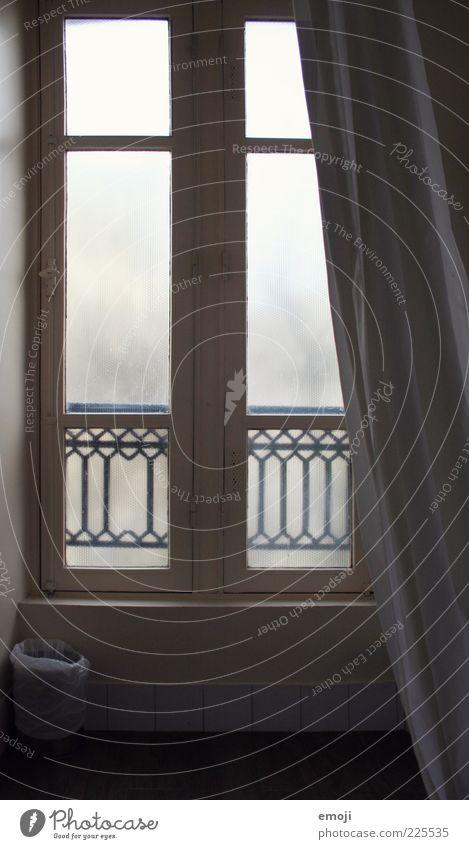 Hotelimpression I weiß Fenster grau trist einfach Vorhang Fensterscheibe Müllbehälter Hotelzimmer Holzfenster