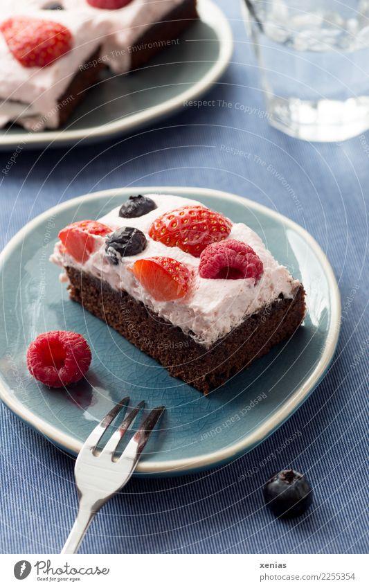 Brownie mit Beeren und Sahne Lebensmittel Frucht Teigwaren Backwaren Kuchen Schokolade Erdbeeren Himbeeren Blaubeeren Zucker Kaffeetrinken Trinkwasser Teller