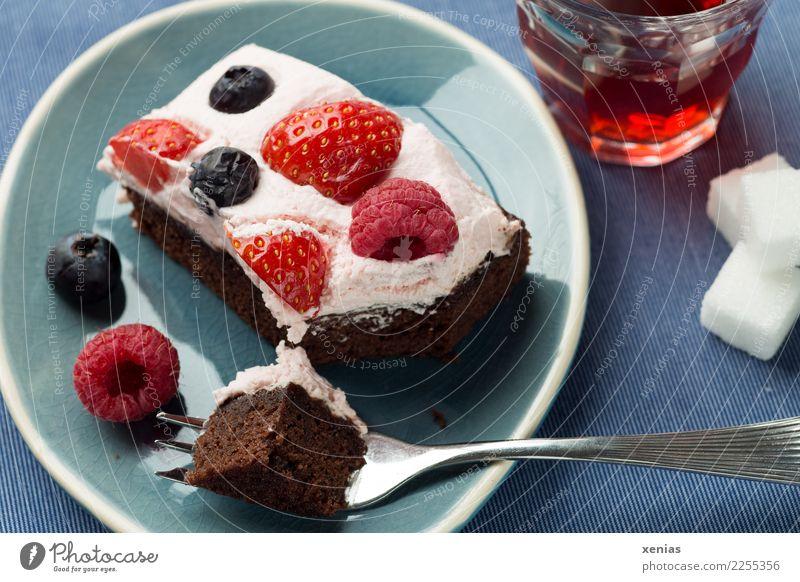 Das Wesentliche am Nachmittag blau weiß rot Lebensmittel Feste & Feiern braun Frucht Glas süß lecker Kuchen Tee Teller Schokolade Sahne silber