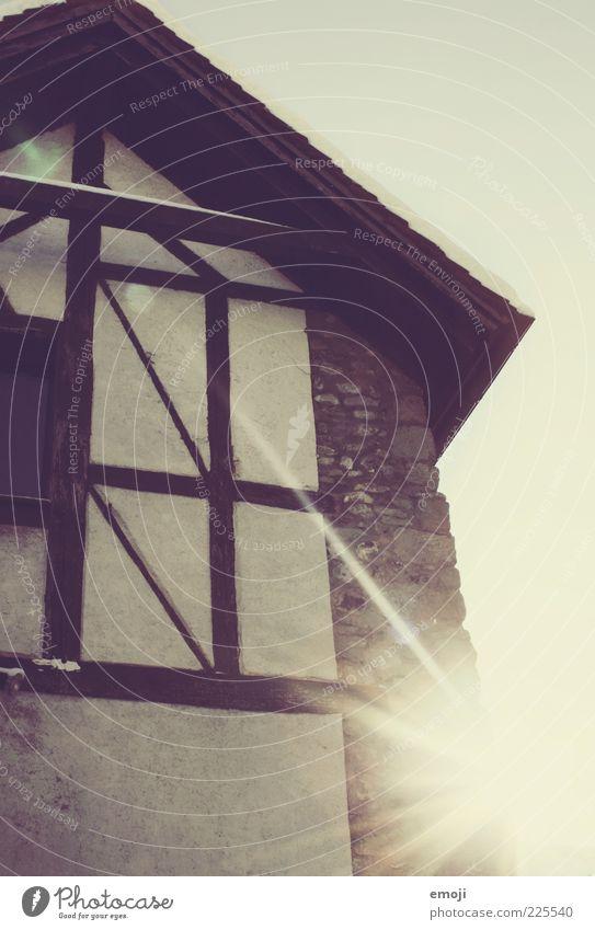 heute scheint die Sonne alt Haus Wand Mauer Fassade Altstadt Blendenfleck Dachgiebel Dachgebälk Fachwerkfassade Fachwerkhaus Steinwand
