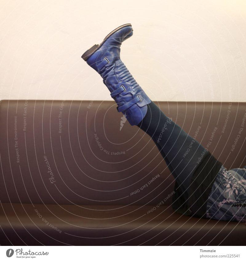 up in the air Stil Design feminin Leben Beine 18-30 Jahre Jugendliche Erwachsene Subkultur Mode Kleid Stiefel Leder liegen ästhetisch frech trendy blau