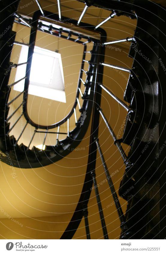 zur Schnecke machen alt Fenster oben braun Treppe aufwärts Treppengeländer Treppenhaus aufsteigen Dachfenster