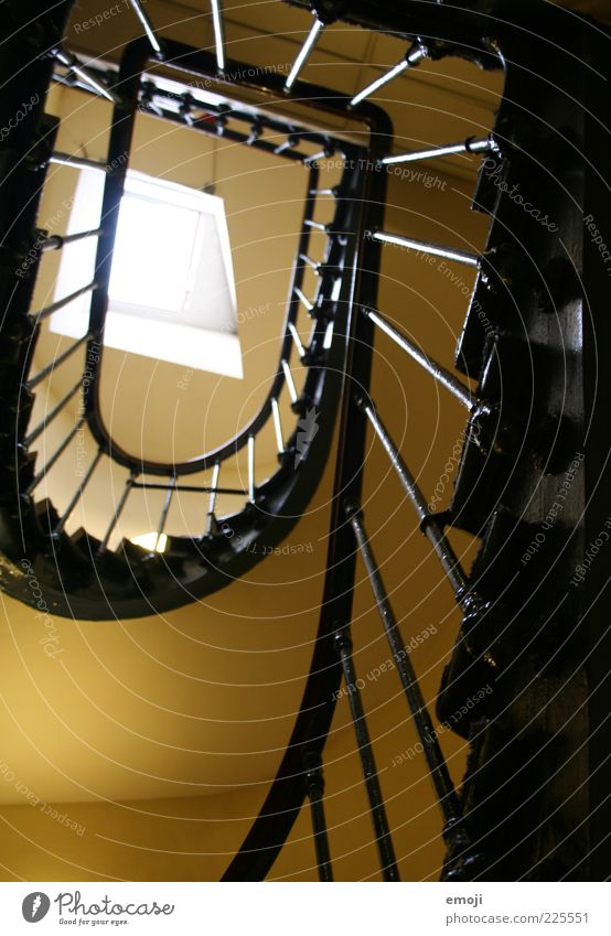 zur Schnecke machen Treppe Fenster Treppengeländer Treppenhaus Dachfenster aufsteigen oben aufwärts Farbfoto Innenaufnahme Tag Froschperspektive alt