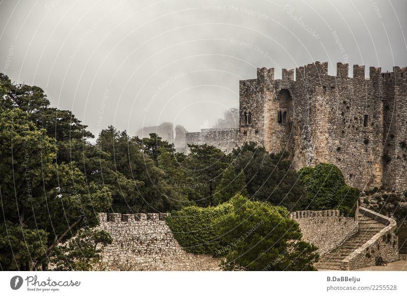 Das Castello di Venere in Erice im Nebel. Italien Sizilien Urlaub Tag Menschenleer Außenaufnahme Farbfoto Nebelwand Ritterburg wehrhaft Mittelalter