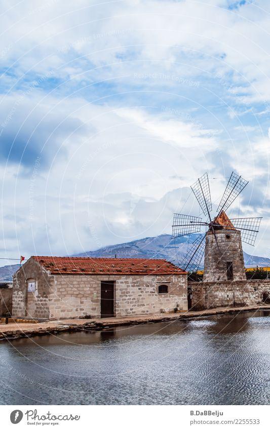 Saline von Trapani, leider drehen sich die alten Windmühlenflügel nicht mehr am Rande der Salinenbecken. Italien Sizilien Urlaub Tag Menschenleer Außenaufnahme