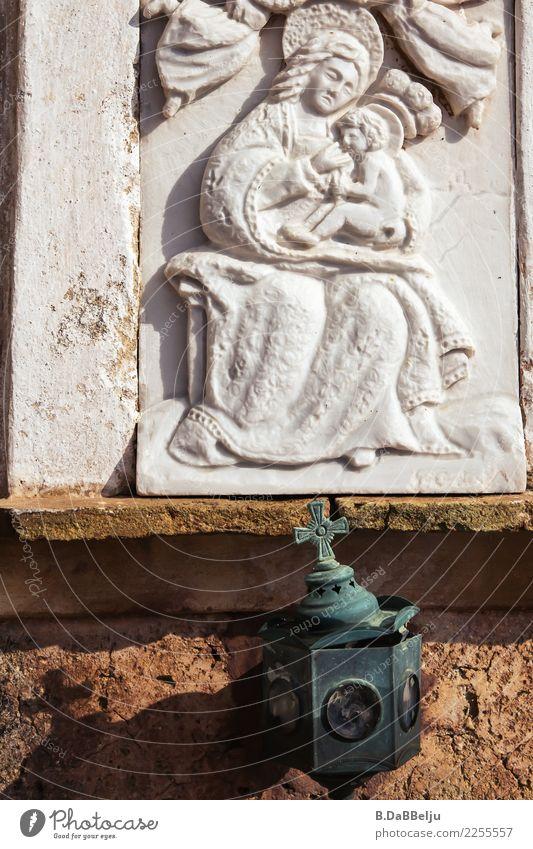 Madonna-Relief mit Kind. Warum ist ihr Blick so missmutig, fragt sich der Betrachter... Italien missmütig Glauben Außenaufnahme Kunst Gott gläubig