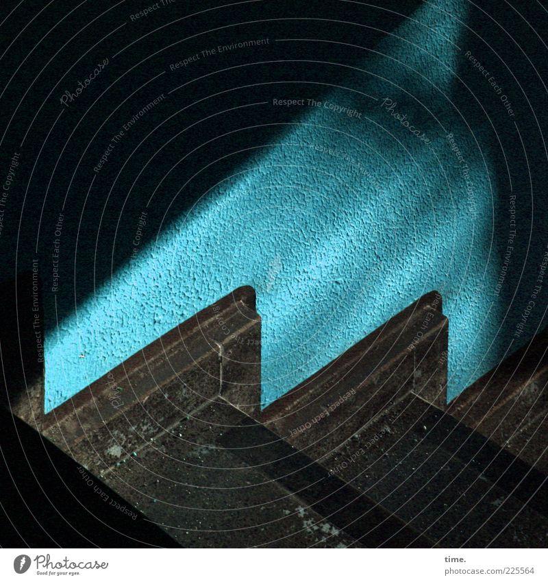 Treppenhaus Mauer Wand dunkel blau Stimmung gewissenhaft Rechtschaffenheit Farbe Perspektive Bodenbelag Belag Filter Abstieg Staub Zacken Ecke Putz Farbstoff