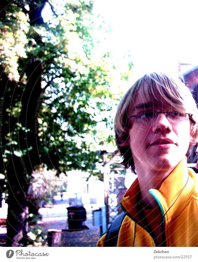 Tobias auf dem Schulhof Mann Baum