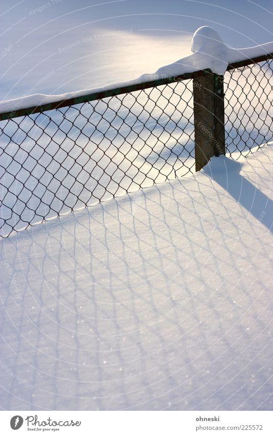 Verschneit weiß Winter ruhig kalt Schnee Stimmung Eis Frost Frieden Zaun Schönes Wetter Reinheit Schneedecke Zaunpfahl Maschendrahtzaun