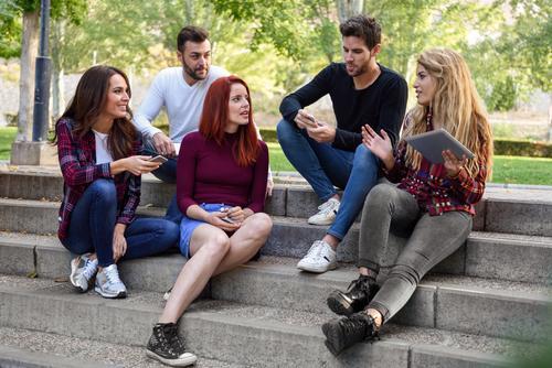 Gruppe junge Leute zusammen draußen im städtischen Hintergrund Lifestyle Freude Glück schön Telefon Computer Technik & Technologie Internet Frau Erwachsene Mann