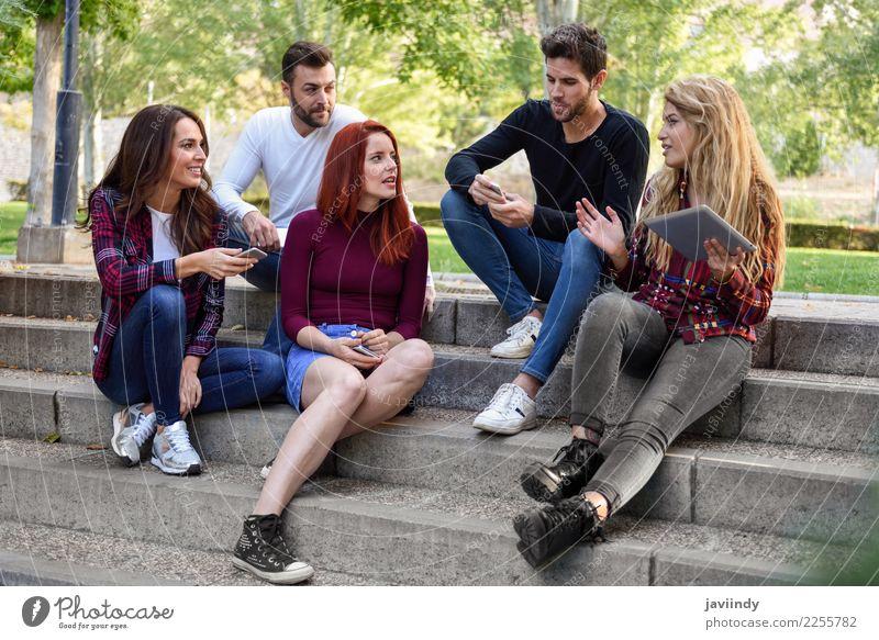 Gruppe junger Leute mit Smartphone und Tablet-Computern im Freien Lifestyle Freude Glück schön Telefon Technik & Technologie Internet Frau Erwachsene Mann
