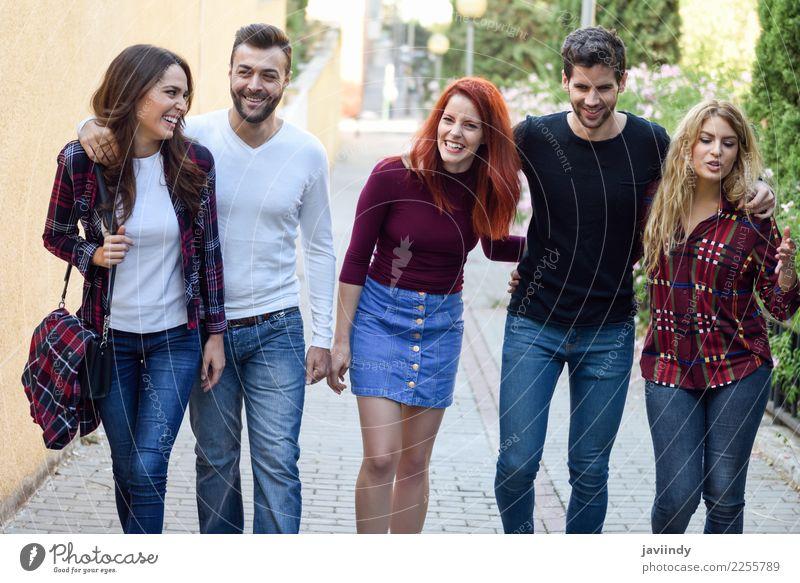 Fünf junge Leute zusammen draußen im städtischen Hintergrund Frau Mensch Jugendliche Mann Junge Frau Junger Mann Freude 18-30 Jahre Straße Erwachsene Lifestyle