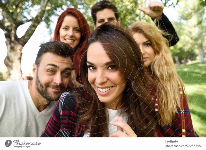 Gruppe Freunde, die selfie im städtischen Hintergrund nehmen. Frau Mensch Jugendliche Mann Junge Frau schön Junger Mann Freude 18-30 Jahre Straße Erwachsene