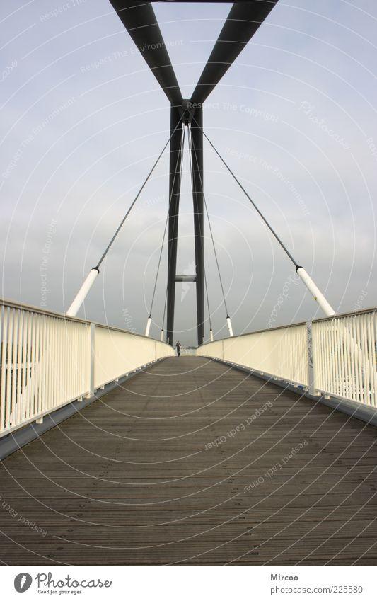 Brücke am Medienhafen Holz Architektur Linie Metall gehen hoch Design modern Streifen einfach Bauwerk Stahl Brückengeländer Fußgänger Bewegung