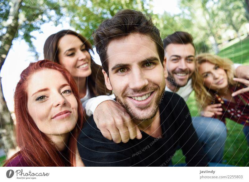Eine Gruppe von Freunden macht ein Selfie vor einem städtischen Hintergrund. Lifestyle Freude Glück schön Freizeit & Hobby Telefon PDA Fotokamera Mensch