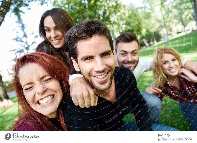 Gruppe Freunde, die selfie im städtischen Hintergrund nehmen. Frau Mann schön Freude Straße Erwachsene Lifestyle lachen Glück Menschengruppe Zusammensein
