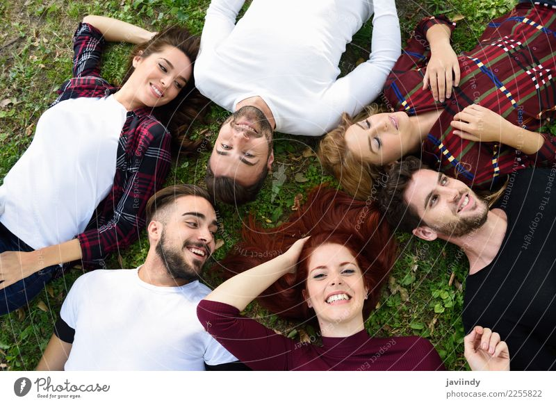 Frauen und Männer, die auf das Gras trägt zufällige Kleidung legen. Mensch Jugendliche Mann Junge Frau schön Junger Mann Freude 18-30 Jahre Straße Erwachsene