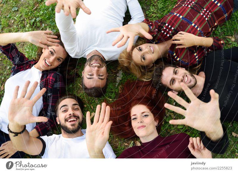 Gruppe junge Leute zusammen draußen im städtischen Park. Frau Mensch Jugendliche Mann Junge Frau schön Junger Mann Freude 18-30 Jahre Straße Erwachsene