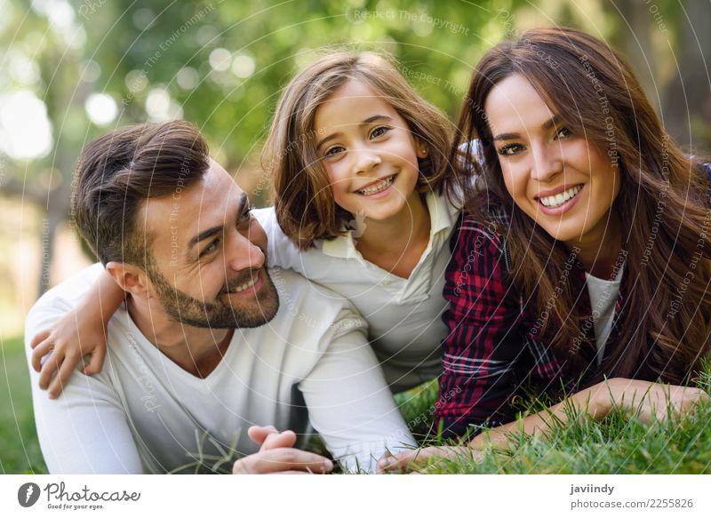 Vater, Mutter und kleine Tochter, die auf Gras legen. Lifestyle Freude Glück schön Sommer Kind Mensch maskulin feminin Mädchen Junge Frau Jugendliche