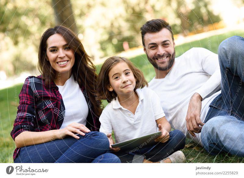 Glückliche Familie in einem städtischen Park beim Spielen mit einem Tablet-Computer Lifestyle Freude schön Sommer Kind Technik & Technologie Mädchen Frau