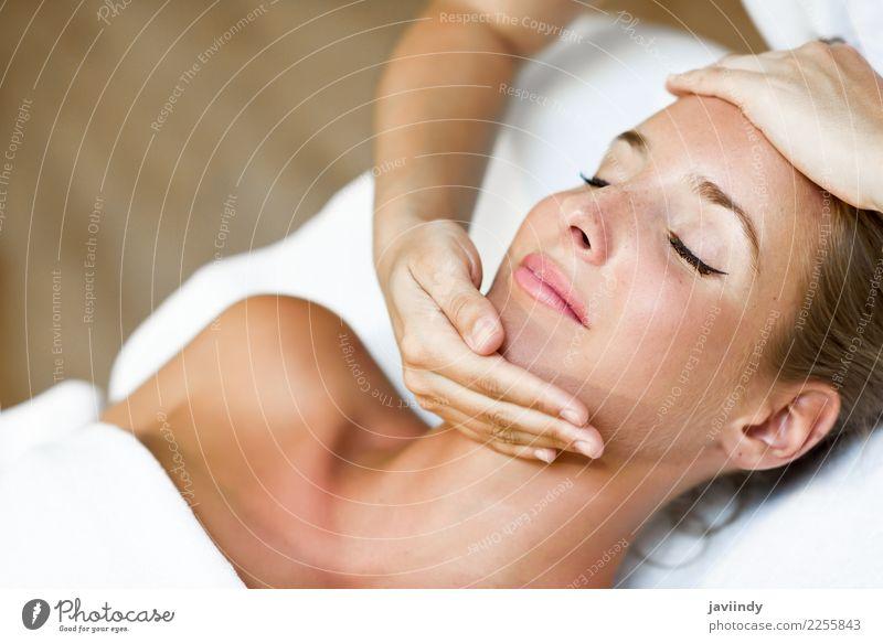 Frau, die eine Kopfmassage in einer Badekurortmitte empfängt Lifestyle Glück schön Haut Gesicht Gesundheitswesen Behandlung Wellness Erholung Spa Massage Mensch