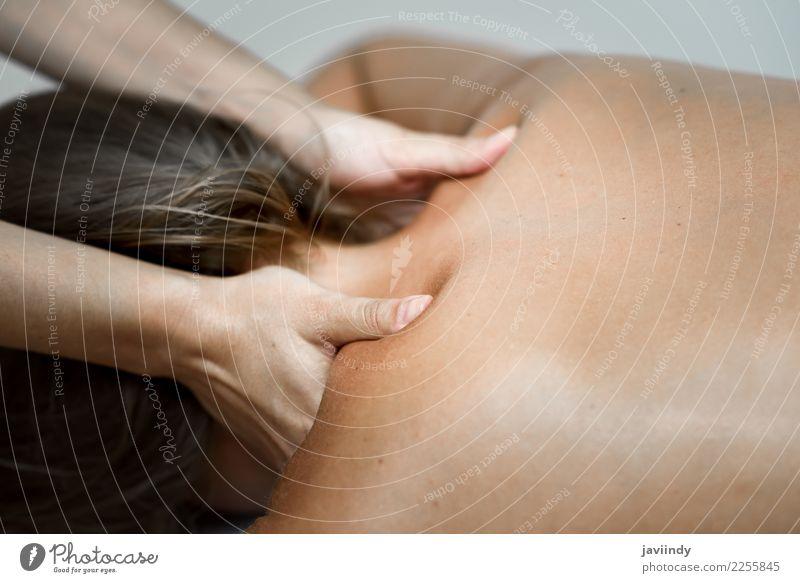Junge Frau, die eine Rückenmassage in einer Badekurortmitte empfängt Mensch schön weiß Hand Erholung Gesicht Erwachsene Lifestyle Gesundheitswesen Körper Haut