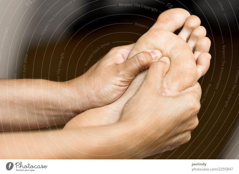 Medizinische Massage am Fuß in einer Physiotherapie-Mitte Frau schön weiß Hand Erholung Erwachsene Gesundheitswesen Körper Wellness Beautyfotografie Therapie