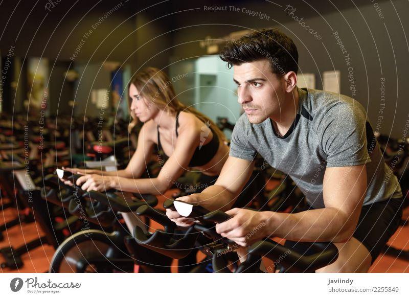 Paare in einer spinnenden klasse tragenden Sportkleidung. Frau Mensch Jugendliche Mann Junge Frau Junger Mann 18-30 Jahre Erwachsene Lifestyle feminin