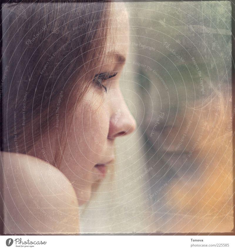 Mensch Jugendliche schön Erwachsene Einsamkeit Gesicht Haus Auge gelb feminin Kopf grau Haare & Frisuren Traurigkeit träumen Stimmung