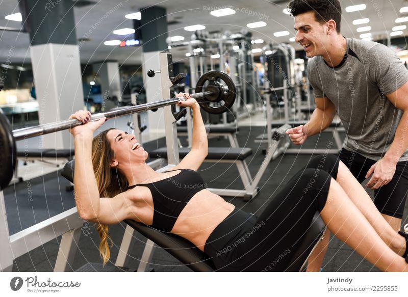 Persönlicher Trainer, der Gewichte einer junge Frau Aufzug motiviert Mensch Jugendliche Mann Junge Frau Junger Mann weiß 18-30 Jahre Erwachsene Lifestyle Sport