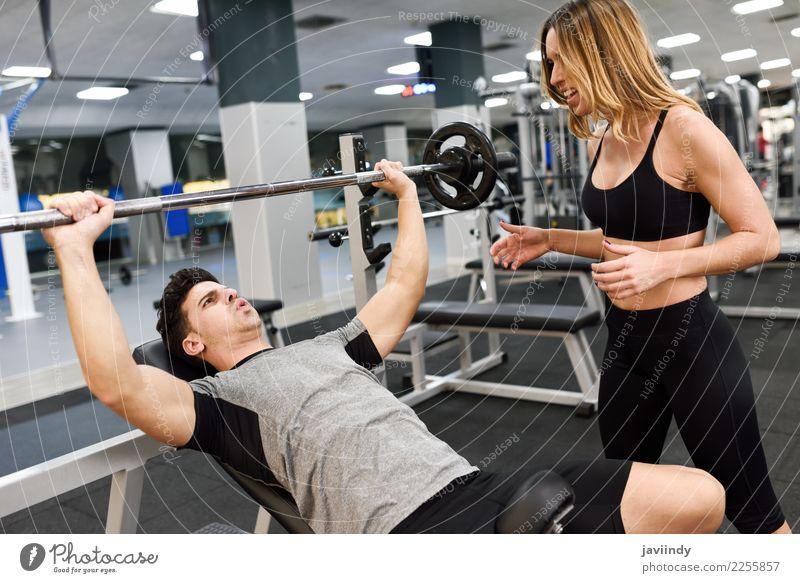 Weiblicher persönlicher Trainer, der Gewichte eines jungen Mannes anhebt Frau Mensch Jugendliche Junge Frau Junger Mann weiß 18-30 Jahre Erwachsene Lifestyle