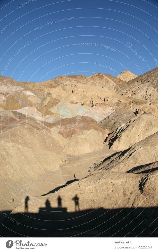 Vier Schatten vorm Berg Mensch Himmel Mann Natur ruhig Erwachsene Einsamkeit Ferne Erholung Landschaft Berge u. Gebirge Sand Erde Freundschaft Horizont