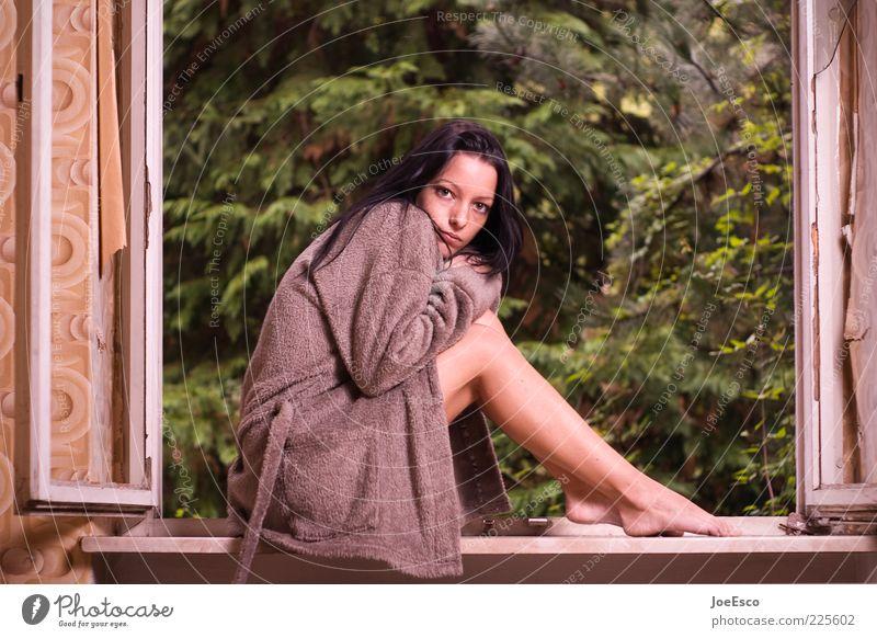 erwartungshaltung Frau Jugendliche Einsamkeit kalt Leben Fenster Gefühle Traurigkeit Beine Erwachsene Angst warten sitzen beobachten frieren langhaarig