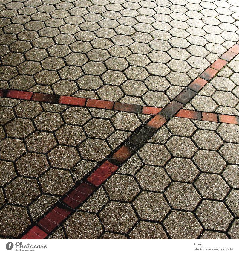 Pflicht | Kür rot schwarz Stein Platz außergewöhnlich Bürgersteig Kreuz diagonal Glätte Pflastersteine kreuzen Wabe