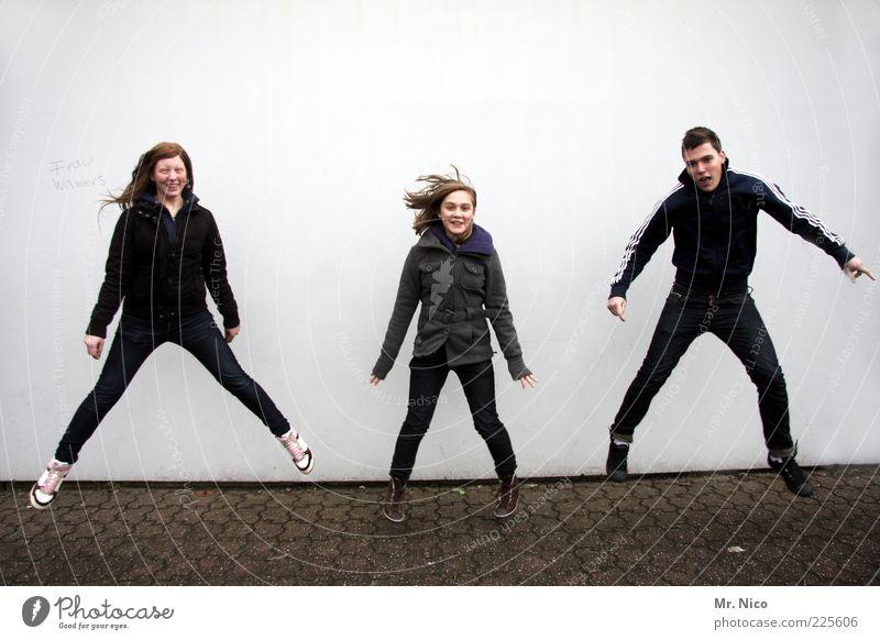 Wer ist Frau Wawers ? maskulin Junger Mann Jugendliche Geschwister 3 Mensch Gebäude Mauer Wand Jeanshose Turnschuh Haare & Frisuren langhaarig springen Freude