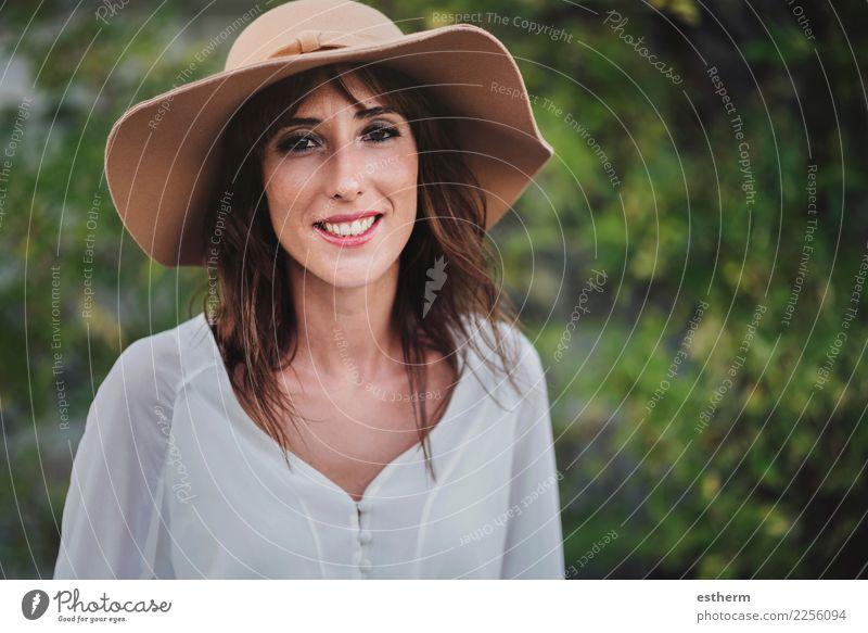 lächelndes Mädchen mit Hut Lifestyle elegant Stil Freude schön Gesundheit Wellness Leben Mensch feminin Junge Frau Jugendliche Erwachsene 1 30-45 Jahre fangen