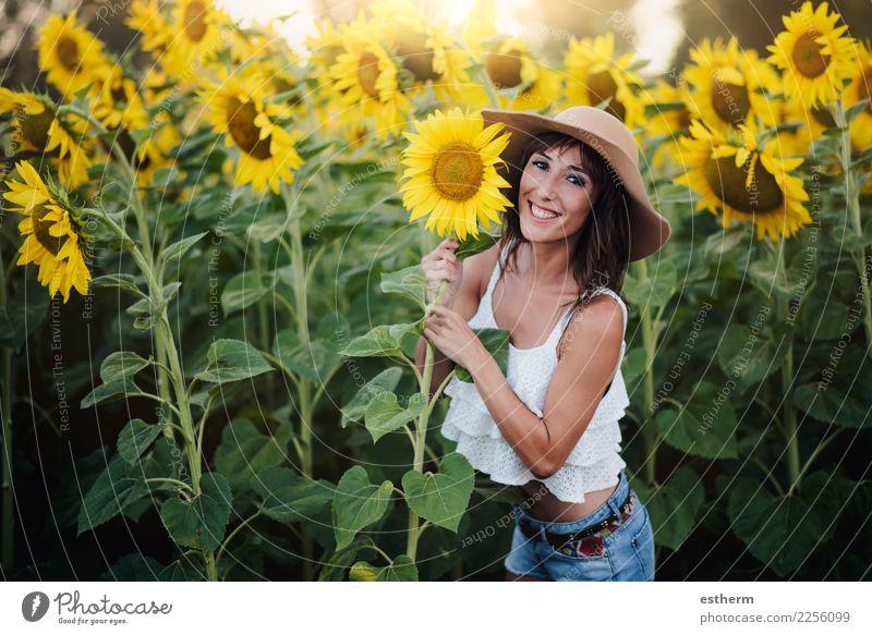 Mädchen auf dem Gebiet der Sonnenblumen Lifestyle Stil Freude Wellness Leben Ferien & Urlaub & Reisen Ausflug Abenteuer Freiheit Sommer Sommerurlaub Mensch