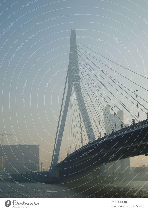 Erasmusbrücke in Rotterdam Stadt Architektur ästhetisch Brücke Fluss Bauwerk Skyline Stadtzentrum Sehenswürdigkeit Blauer Himmel Dunst gigantisch Hängebrücke