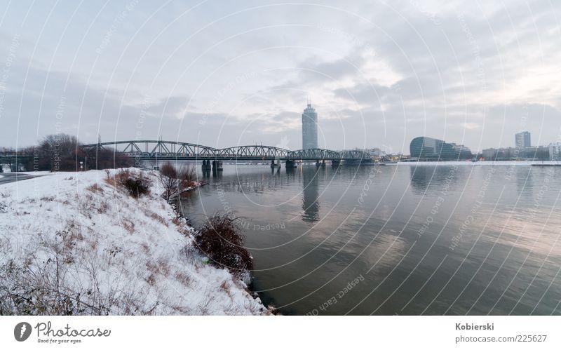 Millenium Tower Wasser Wolken Winter Eis Frost Flussufer Menschenleer Hochhaus Architektur modern ruhig Stadt Farbfoto Außenaufnahme Weitwinkel